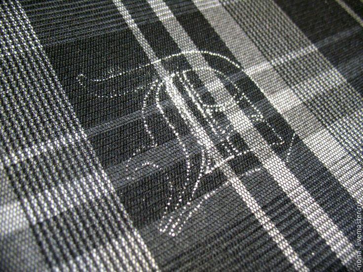 Хочу поделиться одним из способов переноса рисунка на ткань. Особенность — на темную ткань. В этом случае копировальная бумага не подходит, стекло с лампой подсветки тоже, так как ткань темных расцветок просто не позволит этого сделать. Нам понадобится: - рисунок на листе бумаги,- темная ткань,- толстая игла,- мел,- двухсторонний скотч, - мелкая наждачная бумага.