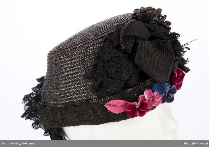 Med blonde, silkebånd, røde og blå blomster. Hatt, damehatt, stråhatt, hat, straw hat, chapeau femme, Chapeau de paille