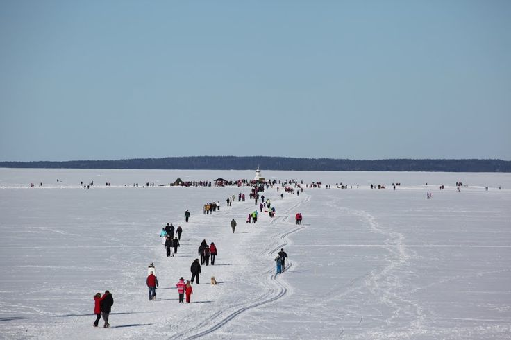 Walking and skiing to Siilinkari lighthouse on a sunny March Sunday. Tampere, Finland.