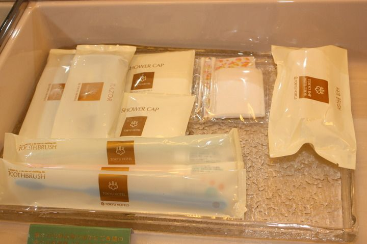 Chinese travelers are always used to have disposable toothbrushes, toothpaste, shampoo and slippers in the hotel.