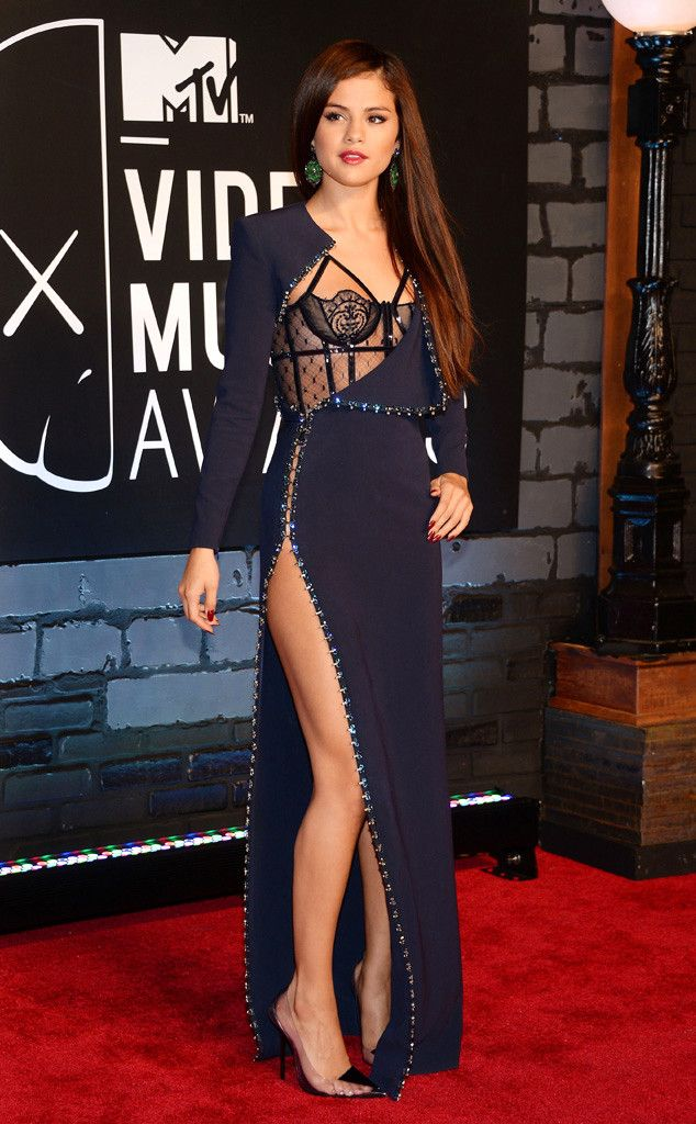 Selena Gomez in Atelier Versace  MTV Video Music Awards 2013 - she certainly has the figure to carry it off