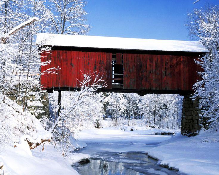 Invierno sobre el puente Northfield Falls (1872), uno de los muchos (Hasta 107) puentes cubiertos de Vermont en Nueva Inglaterra, USA. Se cubrian para protegerlos de las inclemencias del tiempo.