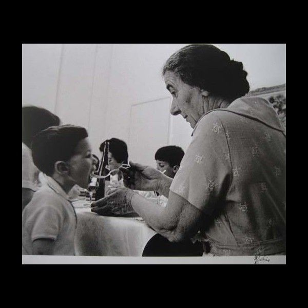 david rubinger golda meir feeding her grand son april 1963