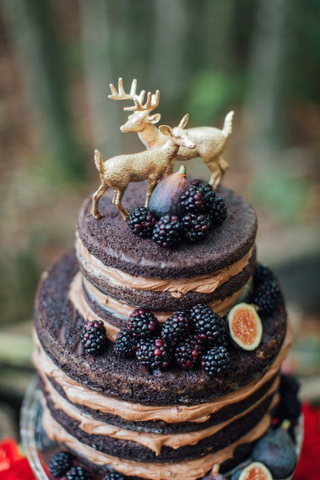 Love this gold deer cake topper for a modern woodland wedding.