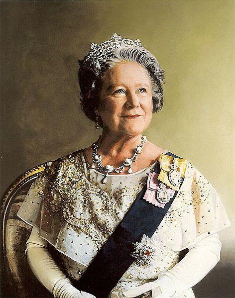 Ficheiro:Queen Elizabeth the Queen Mother portrait.jpg - Rainha Elizabeth A Rainha Mãe usando a faixa da Ordem da Jarreteira.