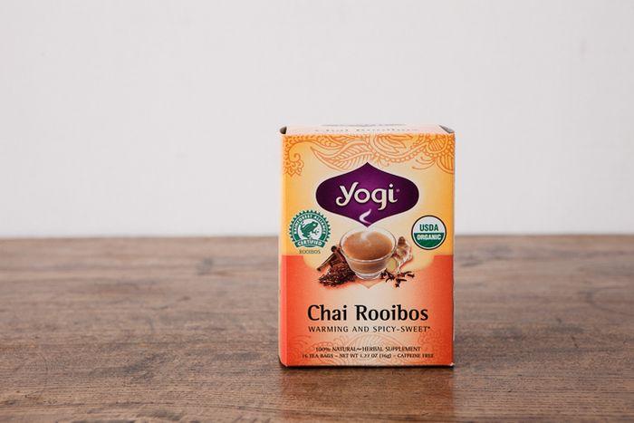 「Yogi Tea(ヨギティー) ルイボスチャイティー」 オーガニックで無農薬・無化学肥料の原料だけを使い、インドの伝承医学「アーユルヴェーダ」の理論に基づいたハーブブレンドティーを手がけるYogi Tea(ヨギティー)。カフェインレスのルイボスティーに、シナモンやカルダモン、ジンジャー、クローブなどのスパイスをブレンドした本格チャイが手軽に味わえるんです!