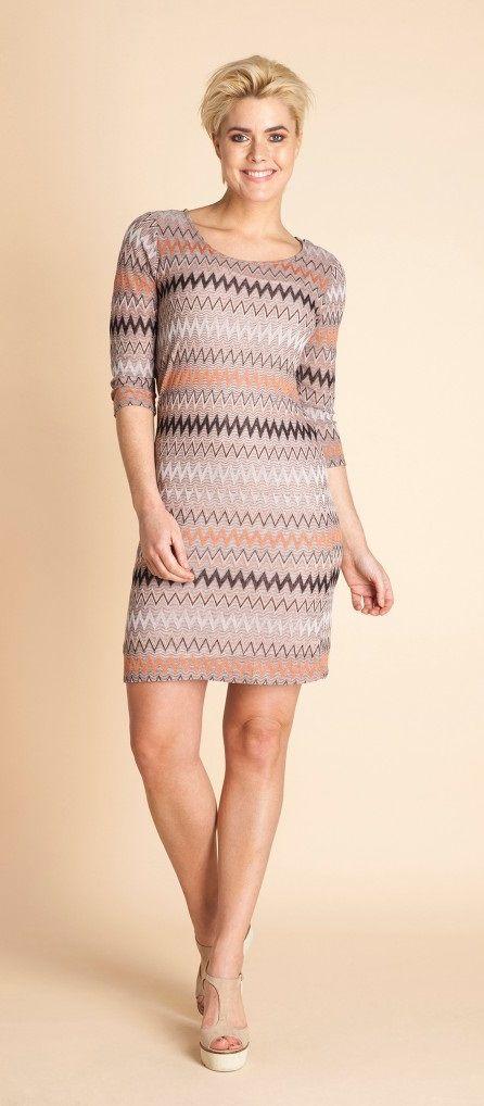 Jurk met trendy etnische print. De mouwen hebben een driekwart lengte. De jurk is gevoerd. . http://www.beyou-dameskleding.nl/yest/