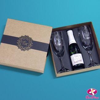 Lembrancinha para padrinhos de casamento. Kit com taças e mini espumante personalizado. www.rosapittanga.com.br #lembrancinhasparapadrinhos