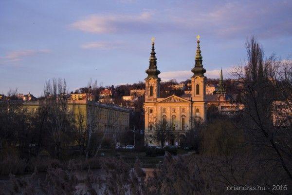 Tél Újbudán -  Tél Újbudán (fotó: Őri András 2016)  Amikor 11 bocsánat lassan 12 éve Budapestre költöztem minden reggel keresztülvágtam a Feneketlen-tó melletti parkon. Akkor még a játszótér jóval szerényebb a Park Színpad nem szabadtéri kocsma hanem kultúrális létesítmény volt. A tó körül ahogy Zsófi Nagymamája mindig elmondta a diákok eldobálták a joghurtos flakonokat és még nyoma sem volt futópályának.  Az egész hangulata azonban ugyanolyan volt akkor is mint ma ahogy már a munkából…