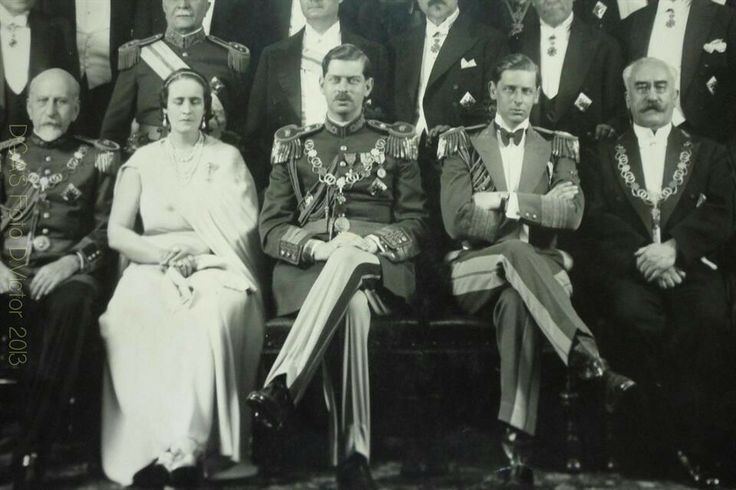 Closeup of that 1934 group photograph front row, Queen Elisabeth, King Carol II and Prince Nicholas