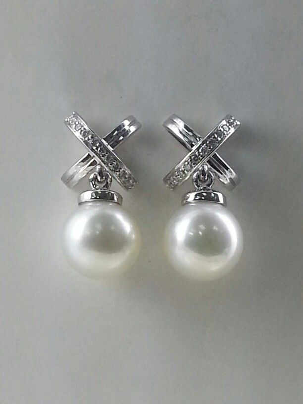 £ 1,028 - 18karat white gold earring 8.5mm cultured south sea pearl with h,si diamonds.
