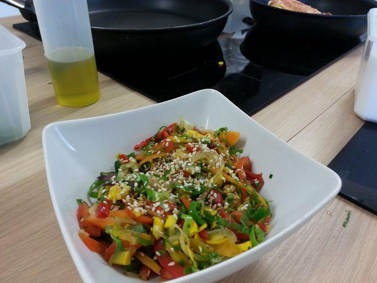 Wok de poulet franco asiatique avec des légumes de saison et son suprême de…