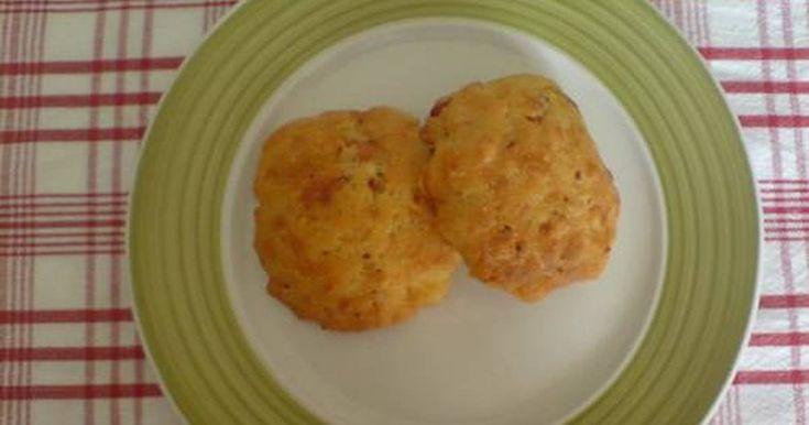 Εξαιρετική συνταγή για Τα τυροπιτάκια της μαμάς (μου). Ειναι μια γευστικη απολαυση. Να φανταστειτε εγω το τυρι δεν το τρωω σε πιτες ή τυροπιτακια αλλα εδω τρελενομαι... Recipe by alessandra