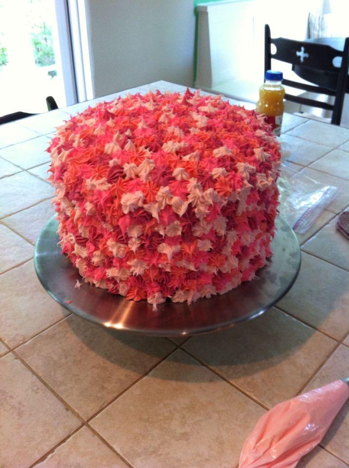 Gâteau avec fontaine de M&M au centre.