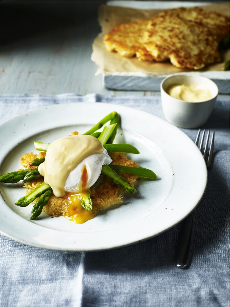 How to make perfect potato rosti recipe, served with asparagus, a poached egg and hollandaise sauce! An excellent meal that is both nutritious and tasty!