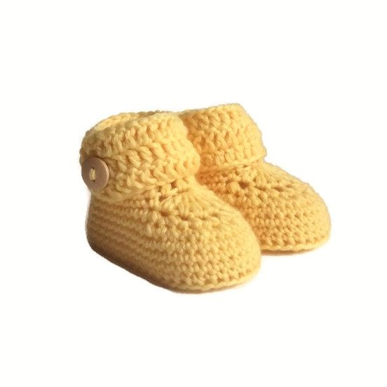 These button cuff baby booties are handmade using a blend of cashmere and soft Italian merino wool. The button cuff opens fully, then wraps around little ankles to close. These booties blend simply classic and modern style. Their sturdy construction will make them a lasting keepsake and family heirloom. Sizes: 0-6 months ( 9 cm ) (aprox. 8 cm tall)  6-12 months ( 10 cm ) (aprox. 8 cm tall)  Packaging:  These little booties will arrive in a brown paper shoe box, tied with strings and a…