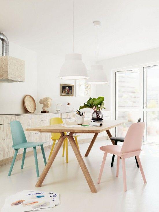 Salle à manger avec table en bois et des chaises couleur pastel
