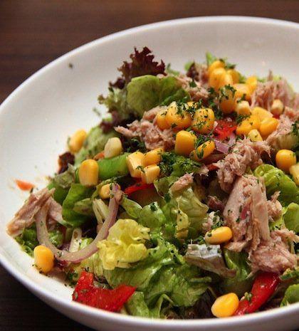 Πλούσια, δροσερή και υγιεινή σαλάτα, καλή πρόταση και για ελαφρύ γεύμα