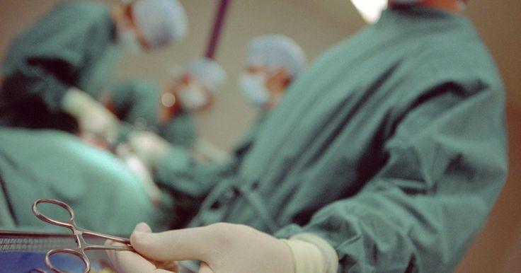 Operação nervosa para o tratamento de herpes-zóster. A herpes-zóster se apresenta como uma erupção dolorosa com aglomerados de bolhas. Ela é causada pela reativação do vírus varicela zoster, que permanece dormente nos nervos durante anos após um episódio inicial de catapora. Geralmente, os sintomas de herpes ativas duram de três a cinco semanas. Dor intensa e persistente que resiste à medicação pode ...
