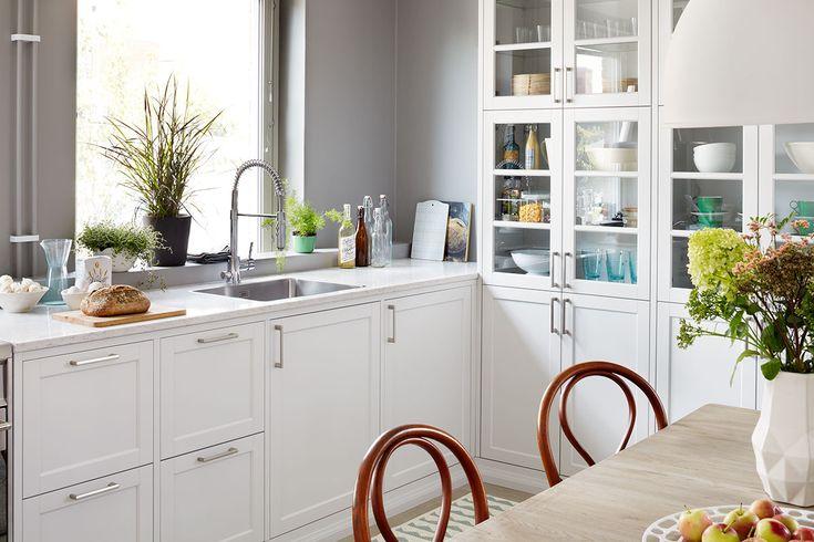 Drømmen om et landlig kjøkken finner du i Gastro fra Drømmekjøkkenet. Her i hvitt, noe som gir kjøkkenet et tradisjonelt inntrykk. Finn kjøkkeninspirasjon hos Drømmekjøkkenet!