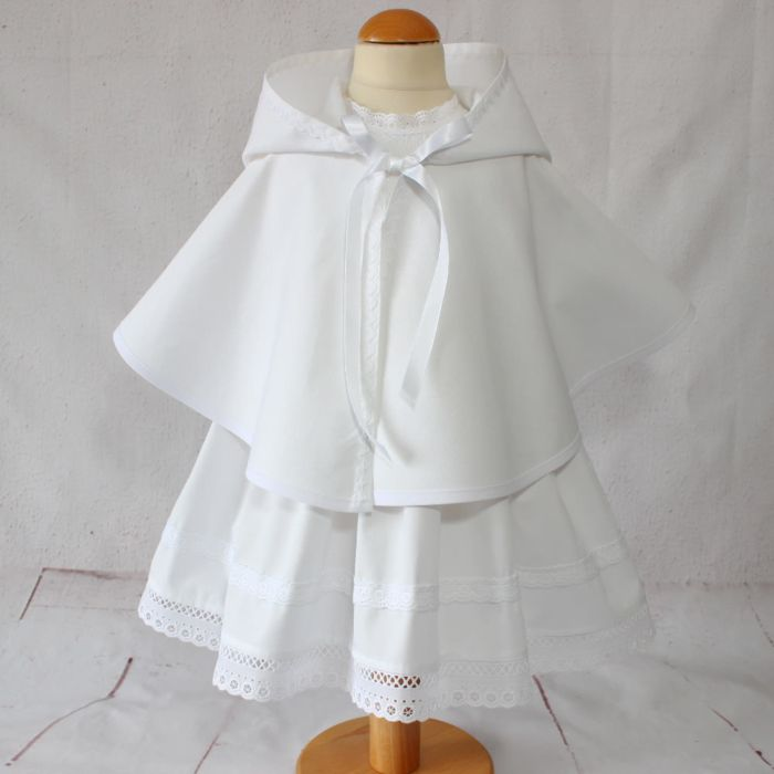This beautiful #christening cape with hood will complete your little #boy ceremonial #outfit with refinement.  A pretty loose cut and a beautiful cotton stitched fabric for a beautiful day of #ceremony.  Made of white cotton and decorated with a croquet ribbon.  Closing with a satin ribbon.  The baptism cape can be #personalized with embroider