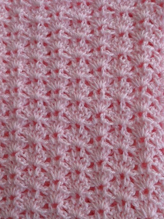 Bella personalmente progettato e creato coperta di bambino coccolare. Creato nel colore Delicato Baby rosa. Tutti i filati di acrilico sono stato utilizzato che è lavabile in lavatrice. Perfetto per doccia doni, battesimi o qualsiasi occasione. Questo è grande per la culla o il cavallo nel seggiolino o passeggino.  Materiale: 100% acrilico Colore: Baby rosa Dimensione: Circa 32 pollici x 40 pollici Cura: Lavabile in lavatrice e asciugabile. Lavare in lavatrice ciclo, delicato di acqua fredda…