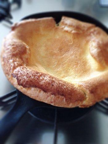 スキレットをオーブンに入れると、生地がみるみるふくらみます。焼きたては、この写真のような感じ。好きなものをのせたら、しぼまないうちにアツアツをほおばりましょう♪