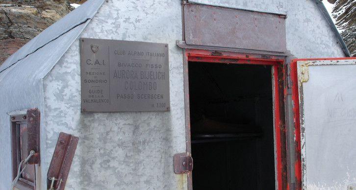 BIVACCO COLOMBO A. BIJELICH - Sorge sulle rocce basali della parete Sud del Pizzo della Forcola Alta, poco sopra il Passo Scerscen a quota 3122 metri