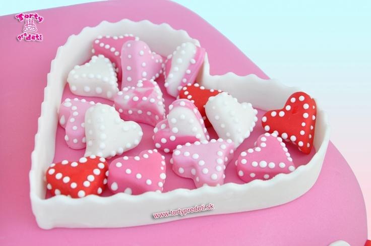 Srdiečková torta so srdcom a malými srdcami. Svadobné torty žilina.