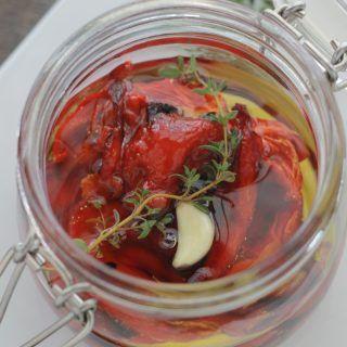 Les poivrons rouges confits à l'huile d'olive sont délicieux sur des tartines, dans une salade, un sandwich, un plat de pâtes, houmous et pesto !