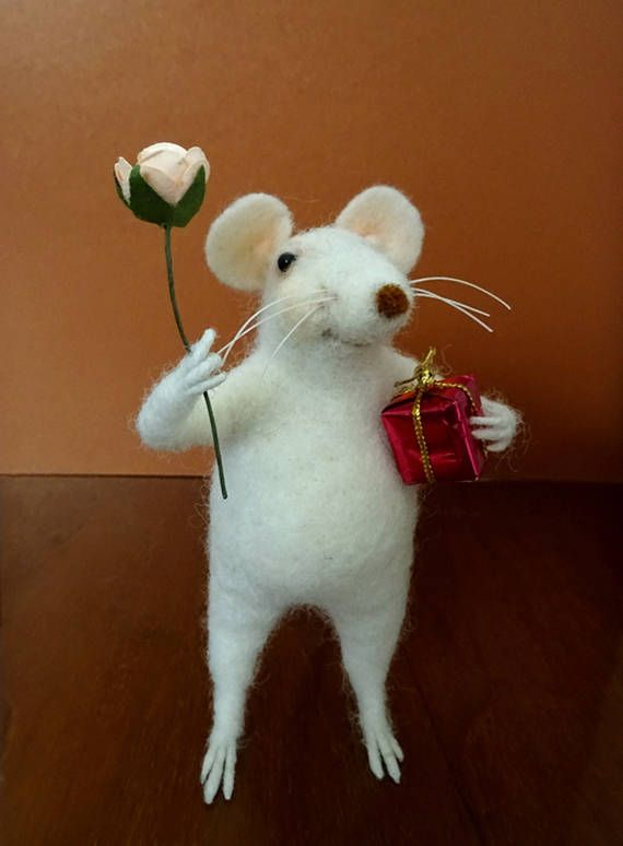 Tiny mouse with a gift, Felted mouse with flower, #NeedleFeltedMouse, Gift for her, Handmade decoration, Gift idea, #FeltMouse, Miniature animals by OllieStory on Etsy