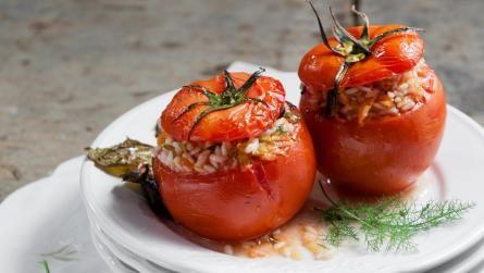 Ντομάτες γεμιστές με ρύζι και μάραθο
