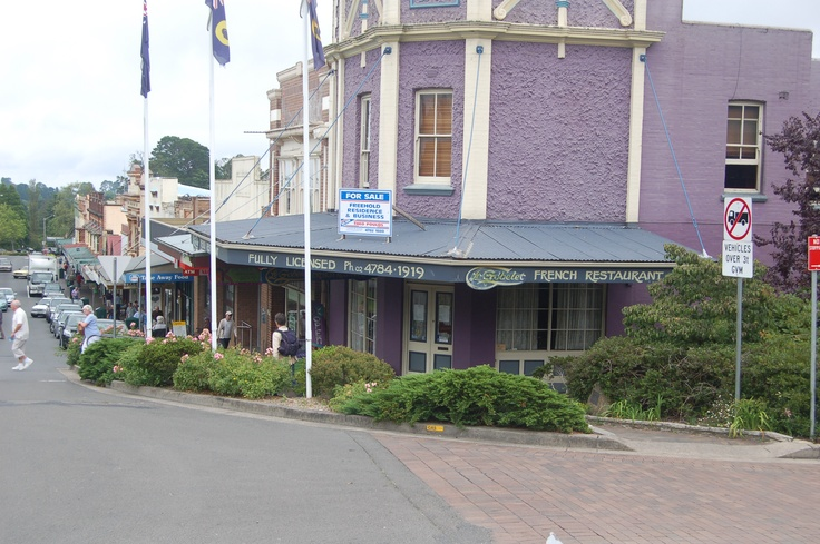 """Leura Shops.  Teahouses, cafes and Restaurants to tempt you. An old fashioned Sweet shop full of those favourite lollies and chocolate bars that we """"baby boomers"""" grew up with. A vast array of interesting boutiques to enthrall you."""
