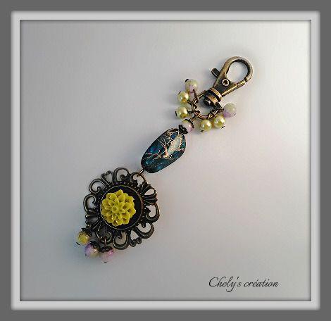 porte clés en métal bronze cabochon dahlia vert anis et sa grappe de perles : Porte clés par chely-s-creation