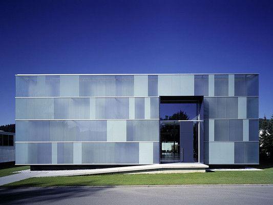 Die Ausstellungshalle der Firma Klöber in Owingen mit farbiger Fassadenverglasung in einer klassischen Pfosten-Riegel-Konstruktion