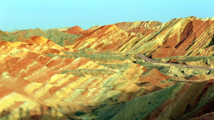 """Bonbon-Berge-Nein, das hier ist nicht das Ergebnis von viel Freizeit und noch mehr Farbe – die Berge in der chinesischen Zhangye Danxia sind tatsächlich bunt gestreift. Die Ursache der kuriosen Färbung liegt in der Entstehungsgeschichte der Region verborgen: Verschiedenfarbige Sandsteine und Mineralien sind hier über Millionen von Jahren unter großem Druck zusammengepresst worden. Das Ergebnis: """"Bonbon-Berge""""."""