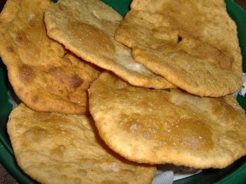 """""""Tortas fritas"""" - 900 grs. Harina  - 1 cucharada colmada de sal fina  - 1 chorro de grasa refinada caliente (aproximadamente 8-10 cucharadas)  - 1 cucharada de polvo leudante Royal (opcional)   Hacer click para el link de la preparación"""