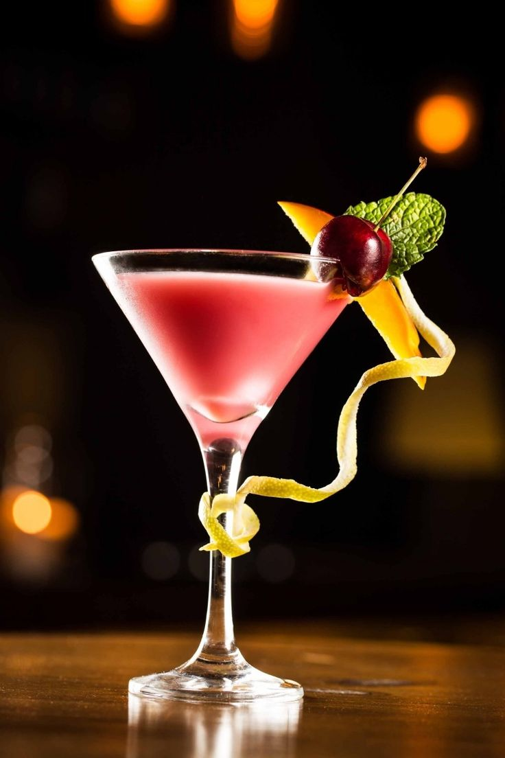 French Martini cocktail recipe, cocktail with vodka ananas raspberry liqueur