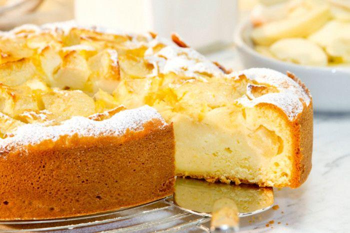 Ein luftig-saftiger Kuchen mit feinen Äpfeln und einer leichten Creme mit Quark.
