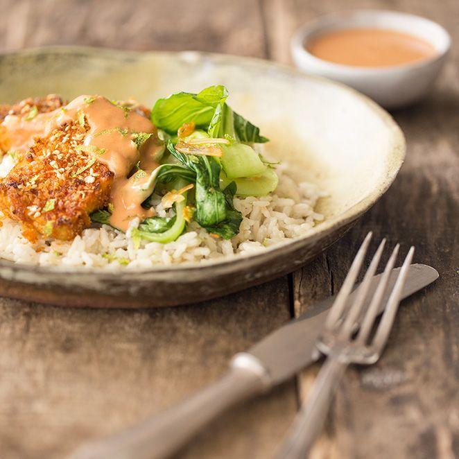Bei diesem vegetarischen Gericht vermisst man wirklich nichts: Die feine Schärfe des Tofu im Sriracha-Sesam-Mantel wird durch duftenden Kokosreis leicht abgemildert und dann ist da ja noch der leckere Pak Choi, der das Asia-Gericht schließlich perfekt macht.