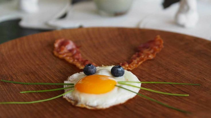 Easter eggs 🍳 🍳 🍳! Try this super fun brekkie for your little ones over Easter. Just a fried egg, a couple strips of bacon, blueberries and chives for this quick crowd pleasing meal 😀.