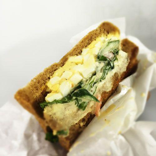 お米やパンは白いものより 茶色いものがダイエット向き。  これは糖質や食物繊維が関わってくるためです。  ■パンならライ麦パンがおすすめ! 手軽に食べられるパン食は 特に朝食で人気が高いですが、 ダイエット中は「ライ麦パン」が おすすめ!  精製小麦粉を使った 白いパンと違い、 ライ麦パンは糖質が低く、 食物繊維も豊富!  食べても太りにくいパンなんです。  ■おすすめレシピ ライ麦パンの卵サンドイッチ  【材料】 ・ライ麦パン 1枚 ・ゆでたまご 1個 ・レタス 大きい葉を1枚 ・バター 少々  ※マーガリンはNG  【作り方】 ・ライ麦パンを半分に切ります。  ・ゆでたまごを崩し、軽く塩コショウをしてオリーブオイルであえます。  ・レタスをお好みの大きさに切ります。  ・ライ麦パンにバターを塗り、レタスとたまごを挟んで完成   簡単5分でできるダイエットサンドイッチです。     iPhoneアプリは→ https://itunes.apple.com/jp/app/minnaga-shouseta!1ri5fen-shuidemo/id581817739?mt=8