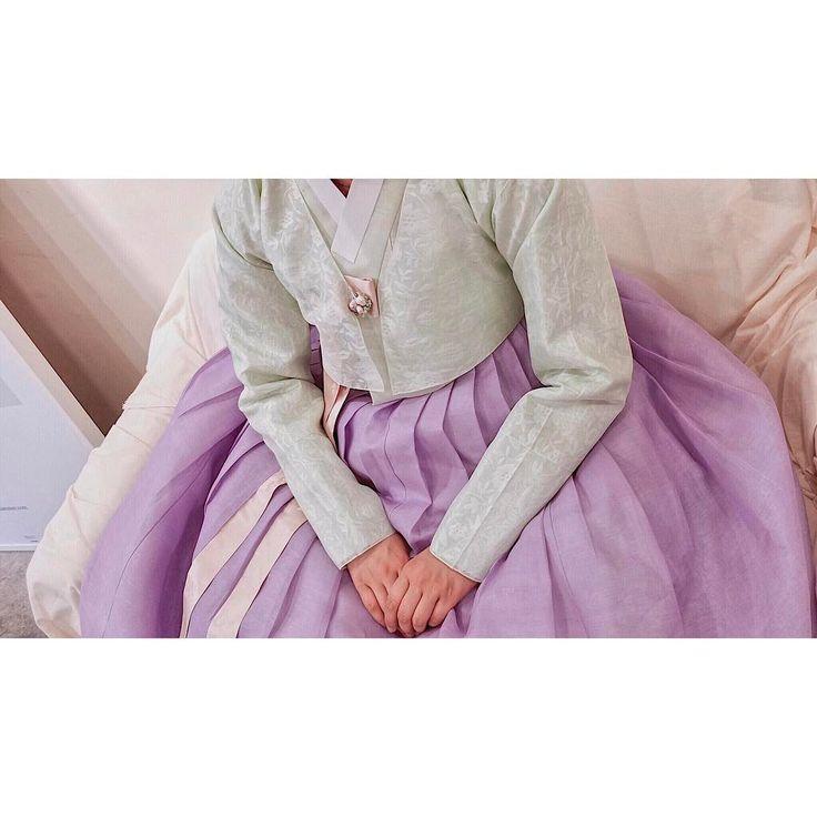 """실크피아 한복 여름용 홑 마고자를 덧 입은 신부 한복입니다. 푸른빛이 많이 도는 연한 라임색 저고리와 같은 배색의 무늬숙고사 덧 마고자. 홑겹이라 시원해보이고, 은은하게 비치는 저고리색이…"""""""