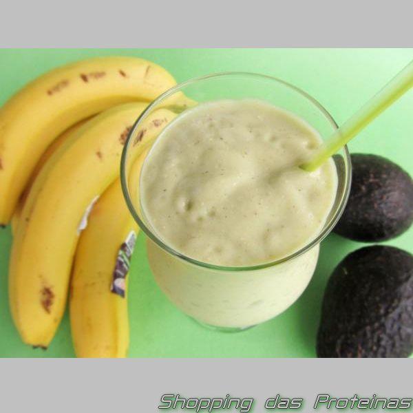 Smoothie Proteico de banana com Abacate  Ingredientes: ½ abacate (o da pele verde) ou abacate avocado (da pele escura) 1 banana madura 2 colheres (sopa) de aveia em flocos 2 colheres (chá) de cacau em pó 1 scoop de whey sem sabor 1 copo de leite de arroz gelado Porção de gelo Como fazer: Misture tudo no liquidificador