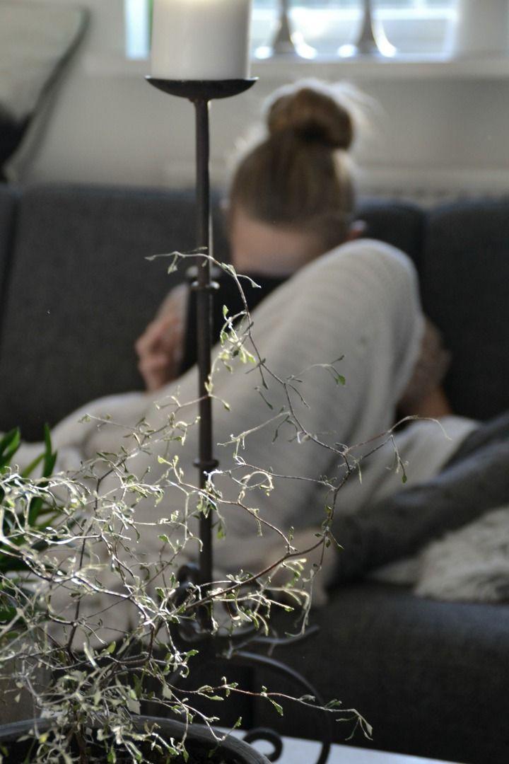 Sofie hygger i sofaen med IPAD
