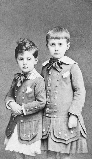 (9) - Reprenant à Grasset les droits de Du côté de chez Swann pour le publier à la Nouvelle Revue française, il fait paraître en 1919 À l'ombre des jeunes filles en fleurs, qui lui vaut le prix Goncourt, puis les deux tomes du Côté de Guermantes (1920 et 1921) et ceux de Sodome et Gomorrhe (1921 et 1922) - Marcel Proust et son frère Robert