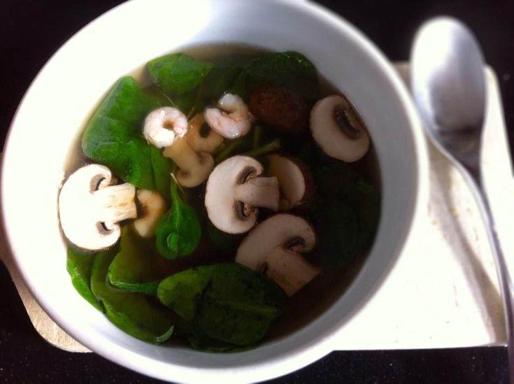 Japanse soep met spinazie en garnalen