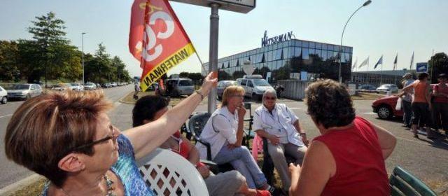 Saint-Herblain (Loire-Atlantique), ce jeudi. Des salariés du groupe américain Newell Rubbermaid, licenciés, devront former leur successeurs polonais. | (AFP/Frank Perry.)