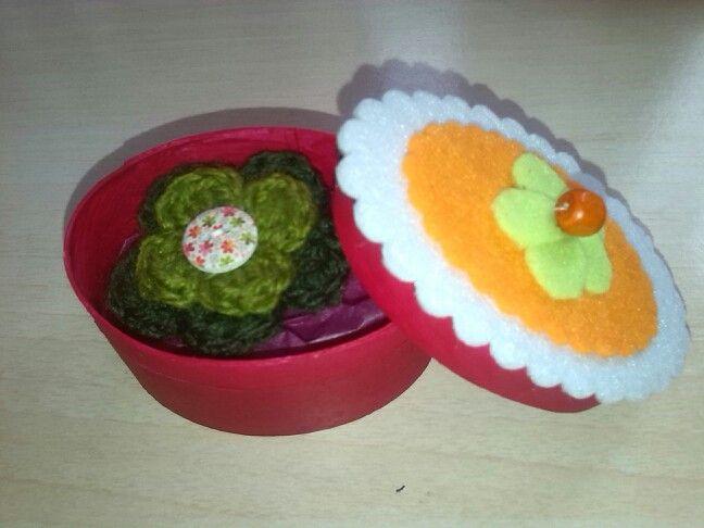 Cajita en fieltro y flor crochet