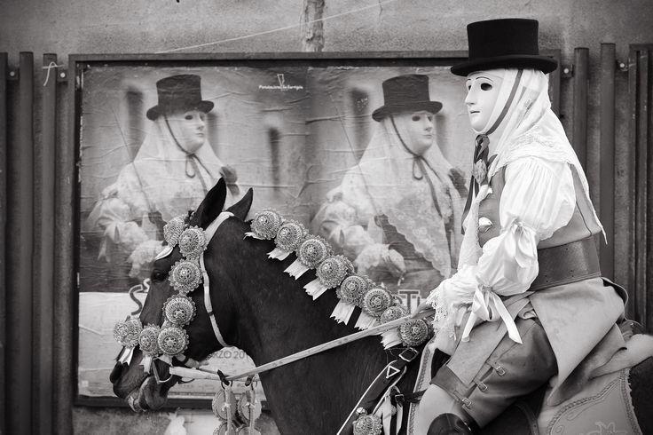 """vincitore 1° premio categoria Bianco & Nero - """"Componidori"""" di Marcello Mangroni. Motivazione: La fotografia ha meritato il primo premio per il raffinato e originale gioco di composizione; il risultato è fortemente comunicativo, lasciando lo spazio a una delicata e piacevole ironia"""